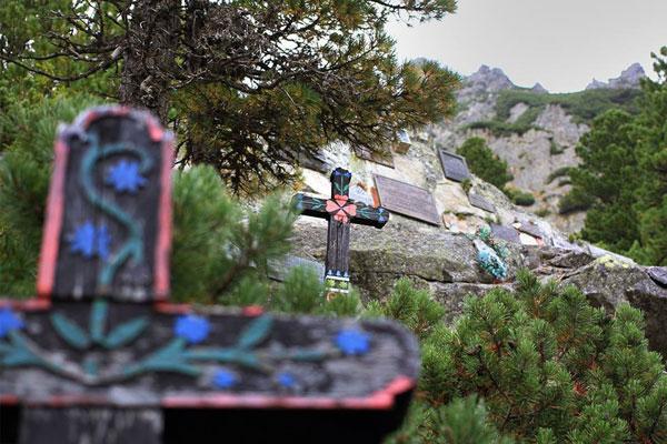 Symboliczny cmentarz ludzi gór pod masywem Ostervy (Źródło: Zimowy Utramaraton Karkonoski im. Tomka Kowalskiego)