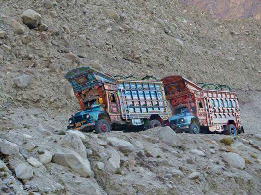 Pakistańskie ciężarówki (fot. Polski Himalaizm Zimowy)