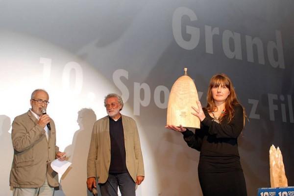 """Magdalena Ziaja prezentuje statuetkę Grand Prix dla filmu """"Cerro Torre... (fot. Outdoor Magazyn)"""