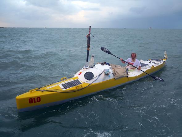 Olek Doba na swoim kajaku tuż przed dopłynięciem do Cape Canaveral na Florydzie (fot. Piotr Chmieliński)