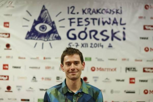 """Adam Pustelnik na """"ściance"""" (fot. Wojciech Lembryk)"""