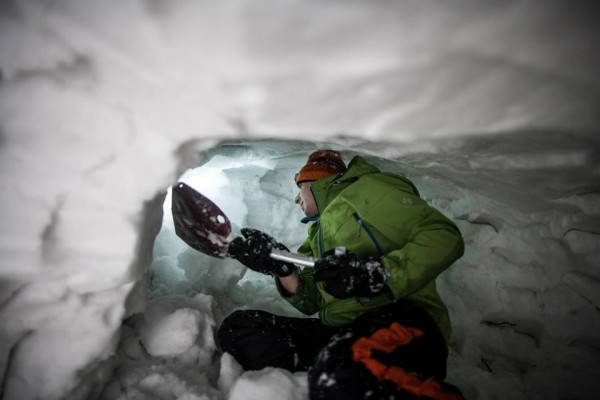 Budowanie jamy śnieżnej (fot. Wintercamp)
