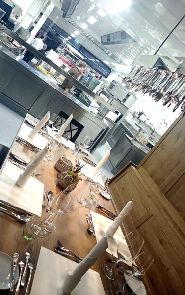 Stolik z widokiem na kuchnię (fot. outdoormagazyn.pl)