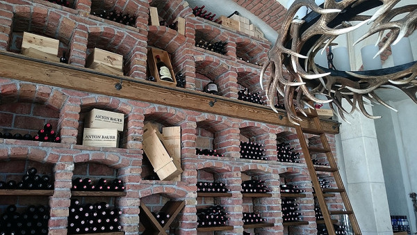 """Piwniczka"" z winem w Wedelhütte (fot. outdoormagazyn.pl)"