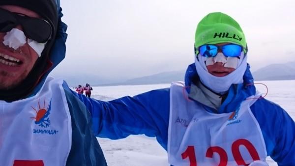 Obowiązkowym było zaplastrowanie twarzy - na zdjęciu Wojciech Grzesiok i Robert Iwan