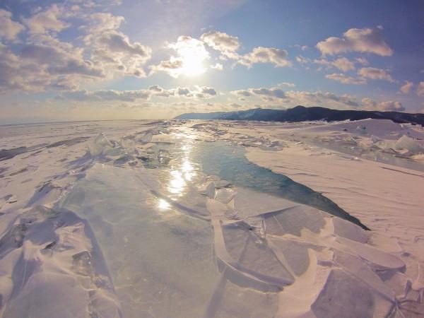 Wbrew pozorom lód na jeziorze Bajkał nie jest równy (fot. Paulina Wierzbicka)