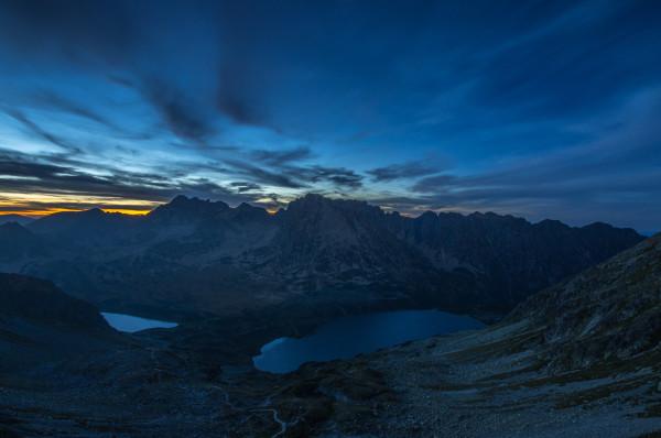 """Dolina Pięciu Stawów ze Szpiglasowej Przełęczy. """"Niebieska godzina"""" po zachodzie słońca. 88 sek, f/11, 10 mm, ISO 100, statyw"""
