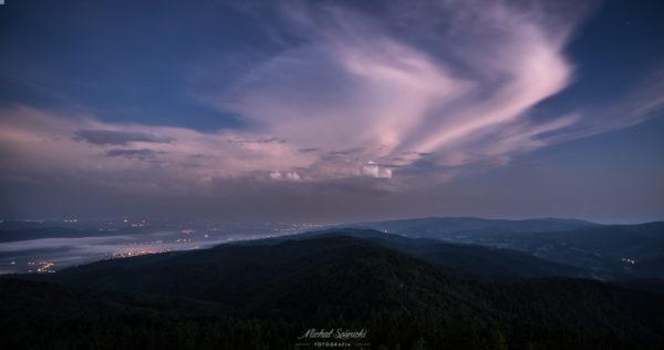 Lubań. 3.30 w nocy. Burzowe chmury na niebie... Chwilę wcześniej, skończyła się burza. Pentax K-3, ISO 400, f/5,6, czas 30 sek, 10 mm, statyw