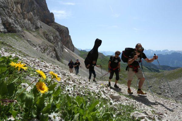I Suoni delle Dolomiti - instrumenty wędrują na miejsce koncertu