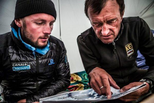 Omawianie planu wejścia na Pobiede razem z Dmirtrim Grekovem, szefem bazy na lodowcu Inylczek Południowy (fot. Marcin Kin)