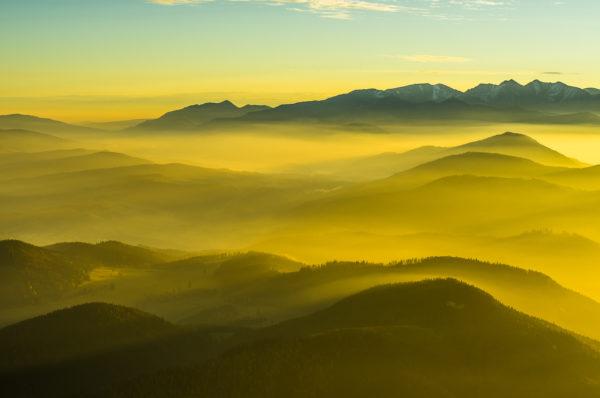Błędny balans bieli ustawiony na cienie, co daje zupełnie nierealną (zbyt żółtą), kolorystykę mgieł