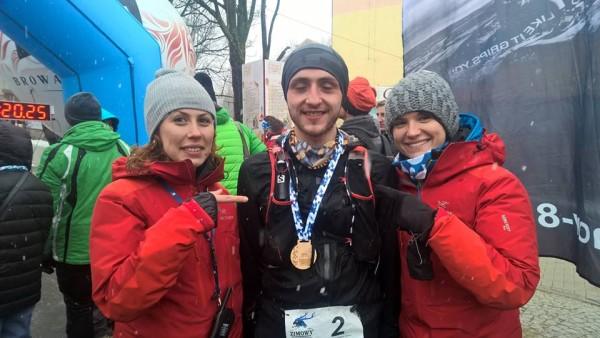 3. Zimowy Ultramaraton Karkonoski im. Tomka Kowalskiego. Organizatorki – Ania Kautz i Agnieszka Korpal – ze zwycięzcą, czyli Bartoszem Gorczycą