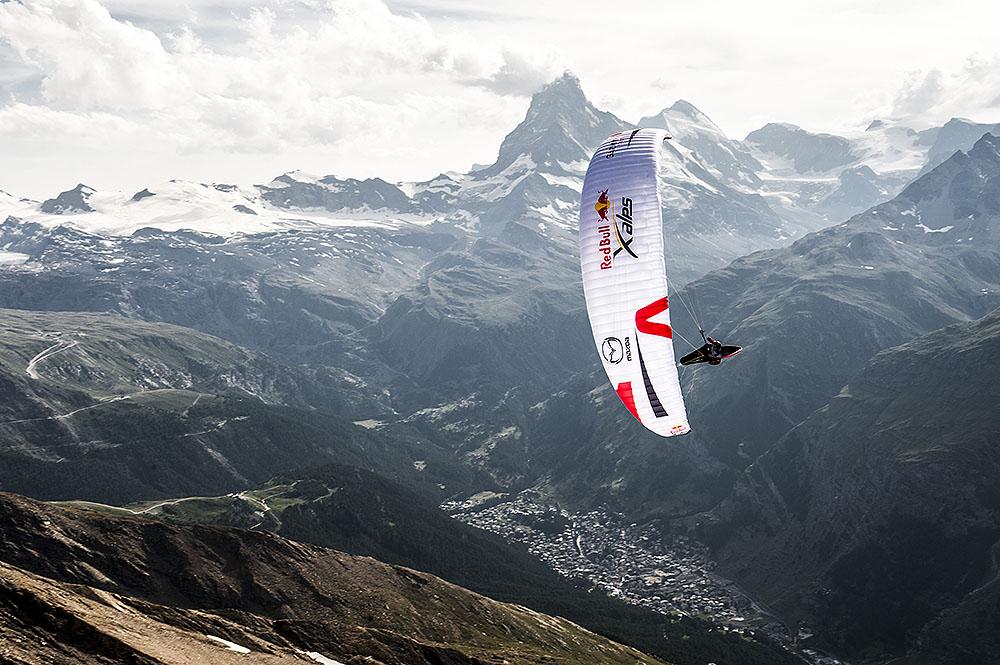 Jeden z zawodników podczas Red Bull X-Alps 2015 w okolicach Matterhornu, Zermatt (fot. Felix Woelk / Red Bull Content Pool)