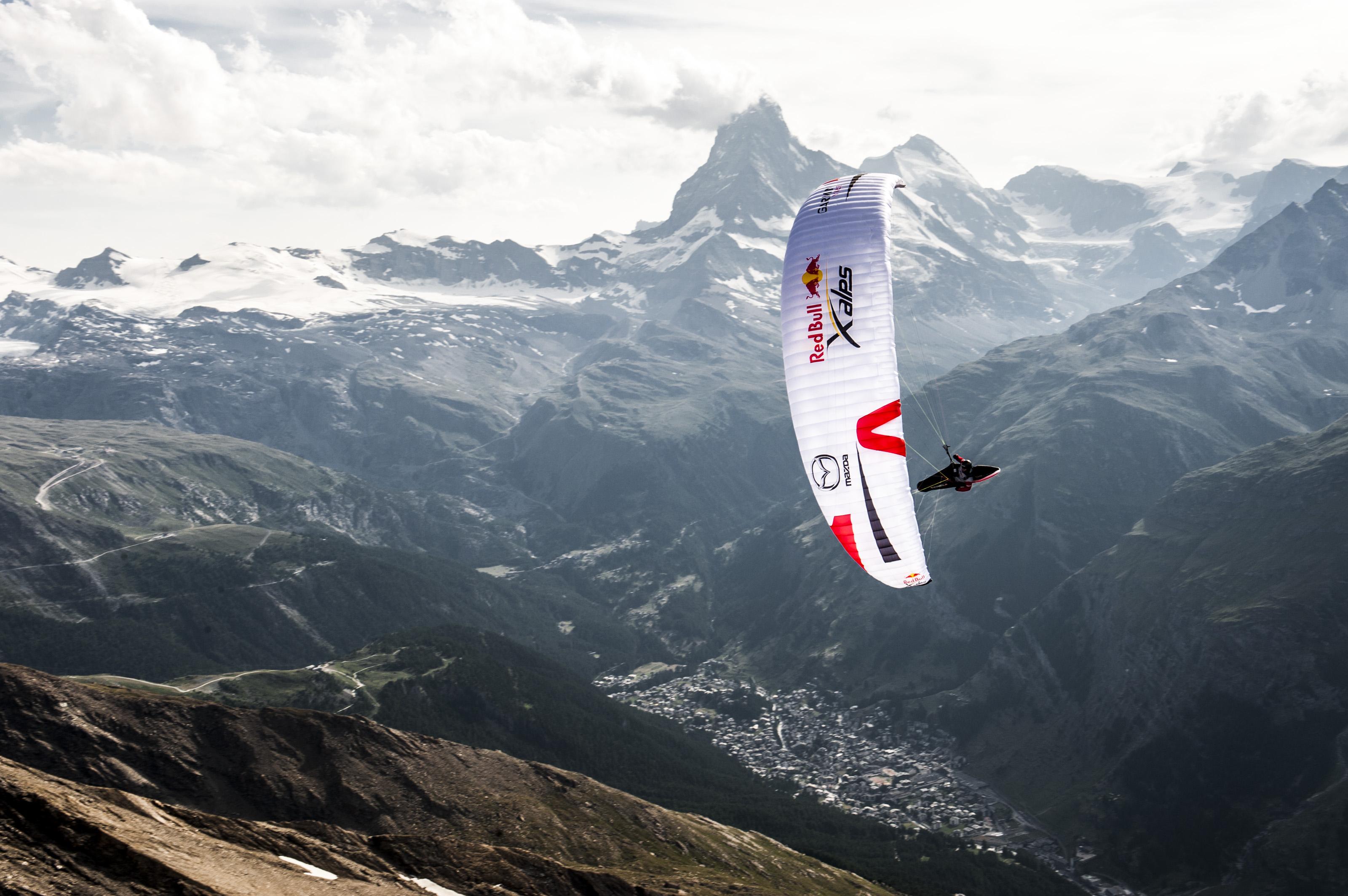 Jeden z uczestników Red bull X-Alps w pobliżu Zermatt (fot. Felix Woelk / Red Bull Content Pool)