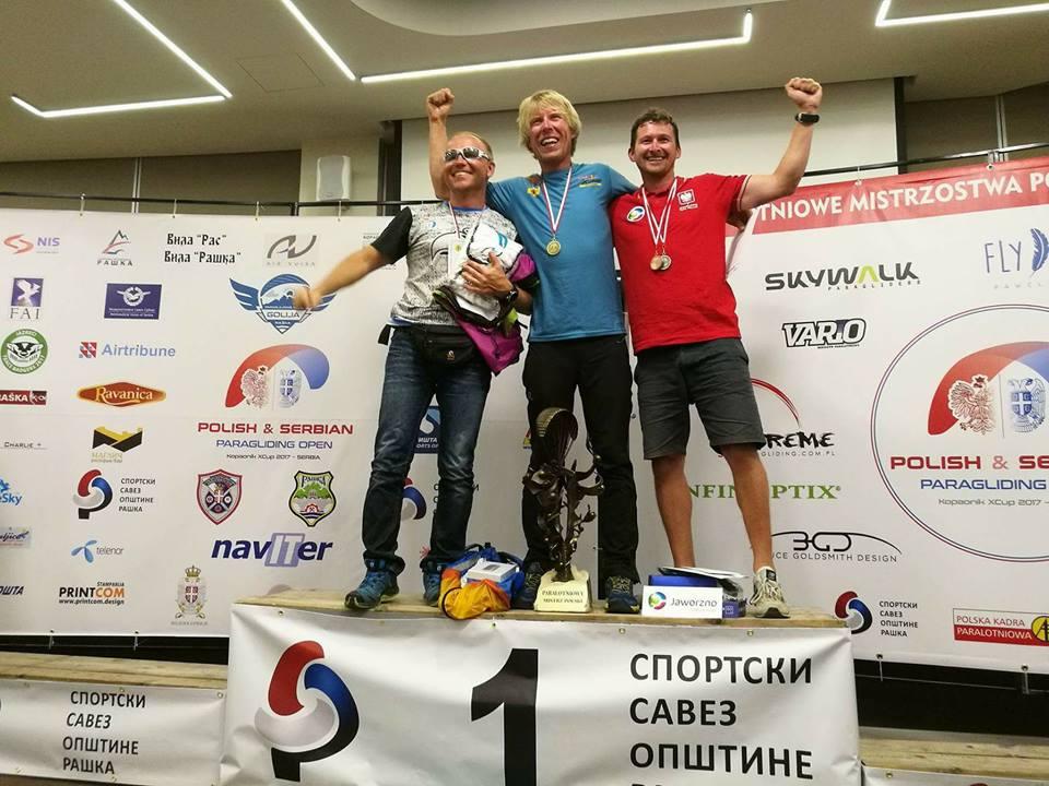 Michał Gierlach, Bogdan Bialka i Paweł Faron na podium Mistrzostw Polski w Paralotniarstwie (fot. Magdalena Schmidt)