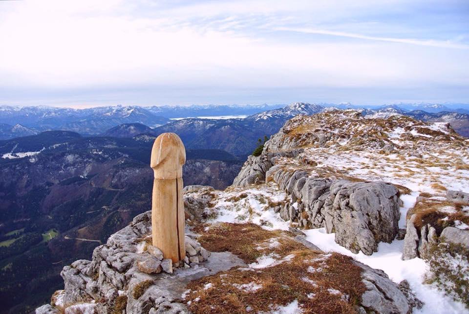 Drewniany fallus na szczycie Ötscher (fot. alpin.de)