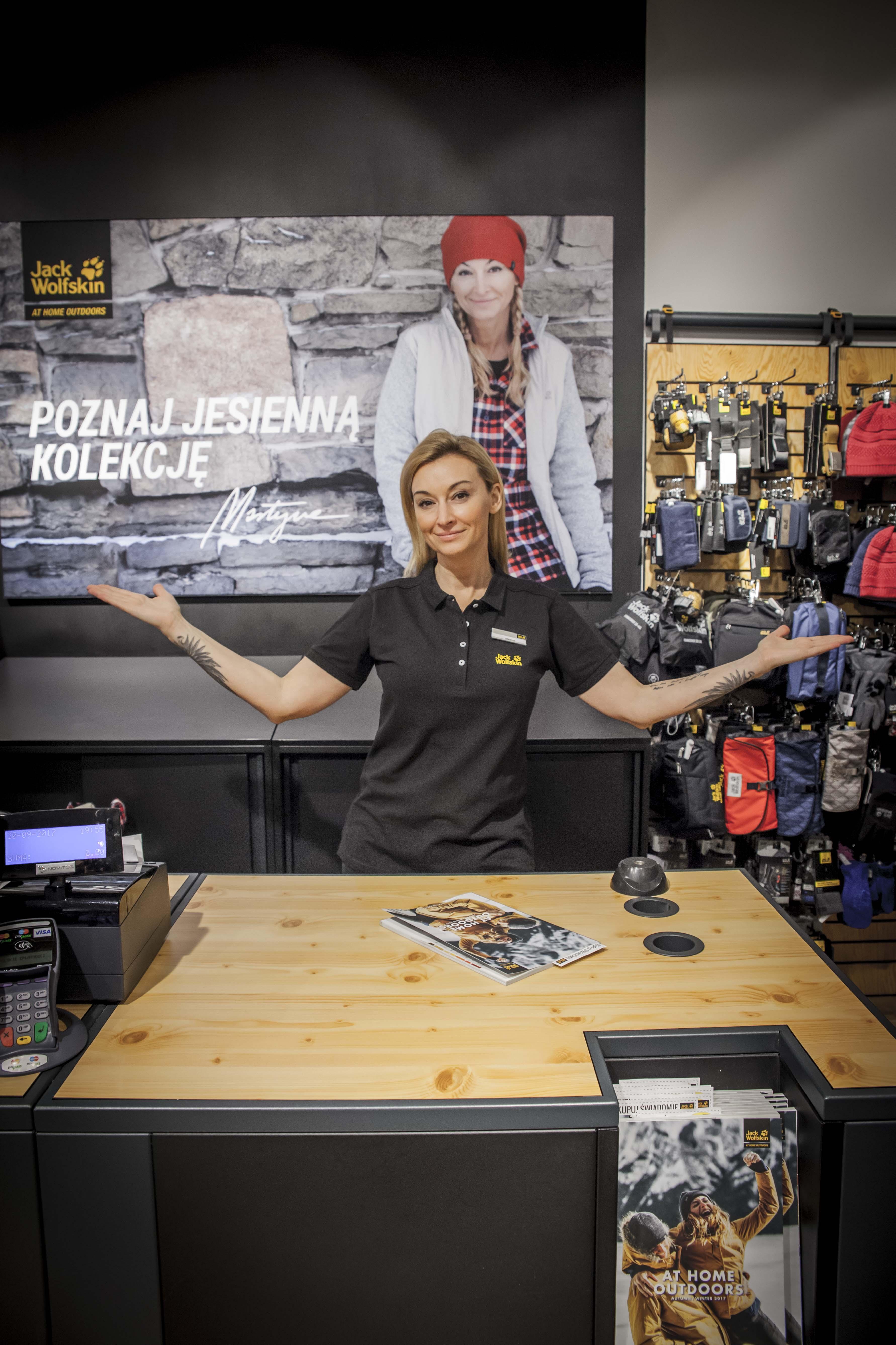 Martyna Wojciechowska w roli sprzedawcy w sklepie Jack Wolfskin