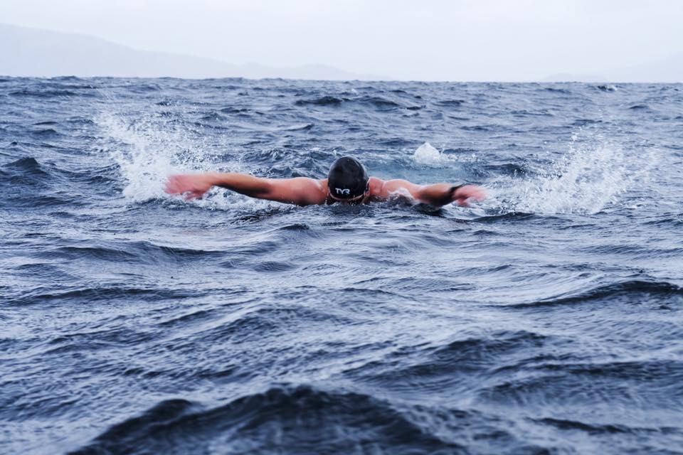 Rafał Ziobro płynie delfinem na Przylądek Horn w ekstremalnych warunkach (fot. Borys Makary)