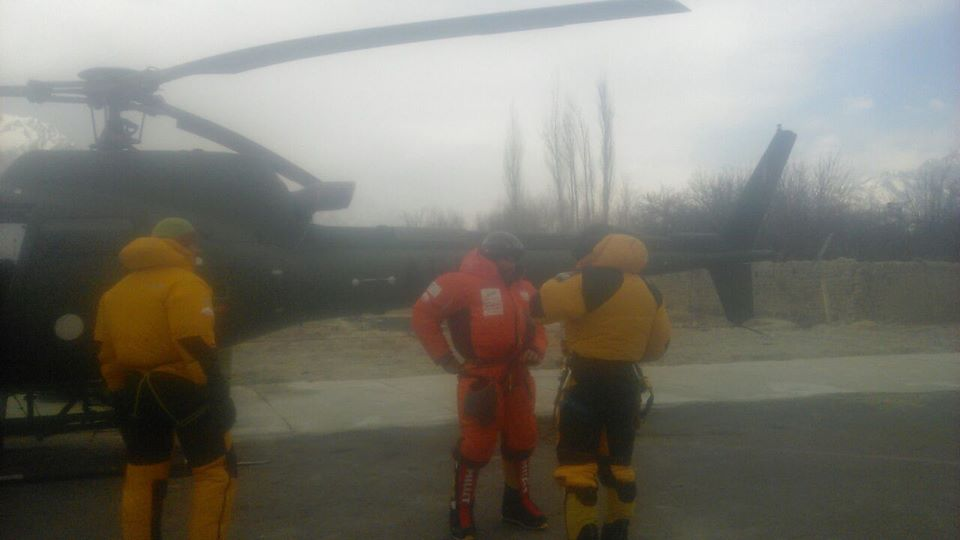 Polska grupa ratownicza na lotnisku w Skardu (fot. Pakistan Mountain News)
