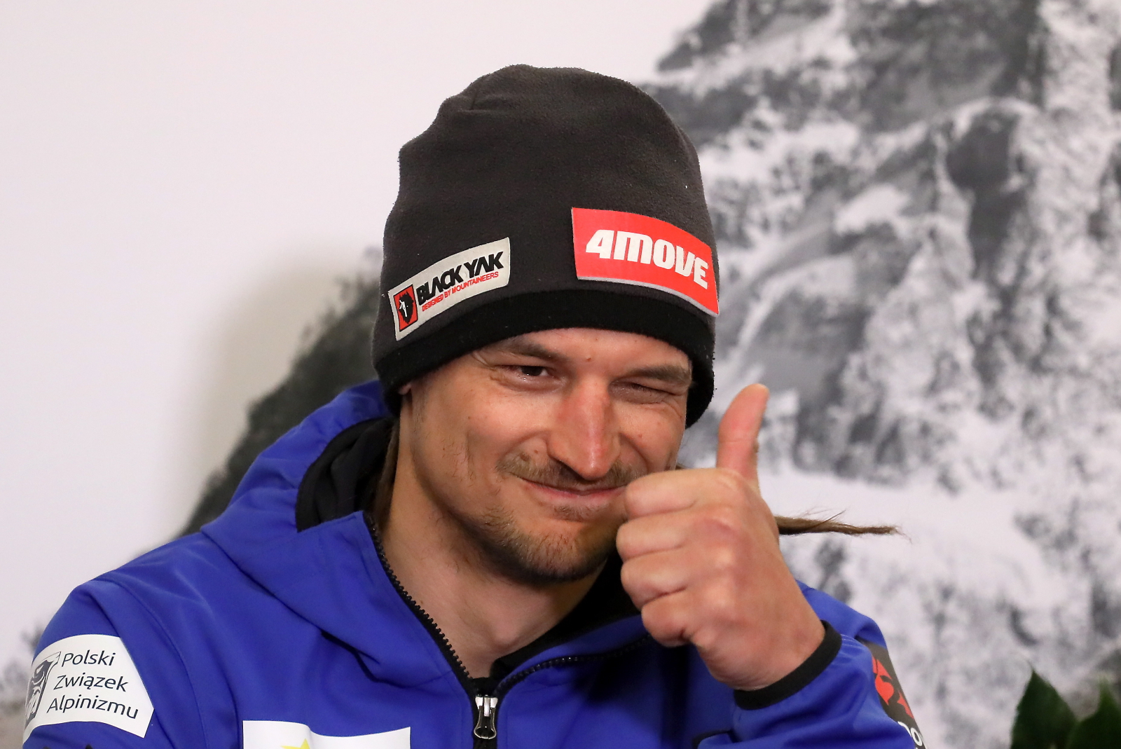 Adam Bielecki na lotnisku Okęcie, po powrocie z Narodowej Zimowej Wyprawy na K2 (fot. PAP / Paweł Supernak)