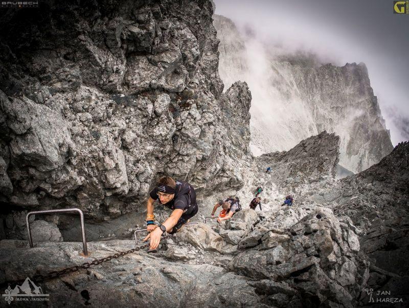 Zawodnicy pokonują stromy fragment ubezpieczonego łańcuchami szlaku na Rohatkę podczas biegu Ultrajanosik Legenda (fot. Jan Haręza)