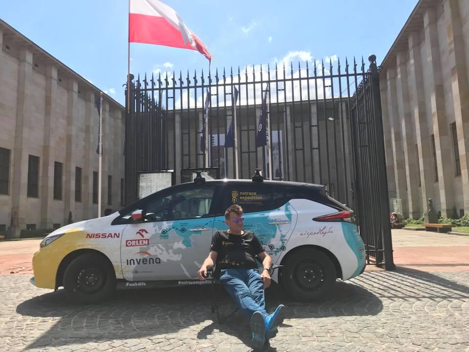 Marek Kamiński i jego elektryczny samochód przed Muzeum Narodowym w Warszawie (fot. FB Marek Kamiński)