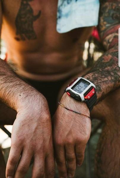 Mistrz Cliff Divingu Alessandro De Rose z zegarkiem TIMEX Command™ na ręce (fot. materiały prasowe marki TIMEX)