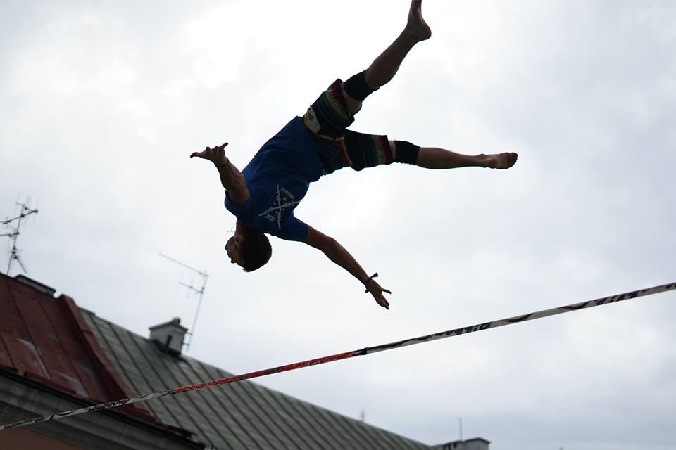 Popisy na zawieszonych wysoko nad ziemią taśmach trickline (fot. Urban Highline Festival - profil FB)