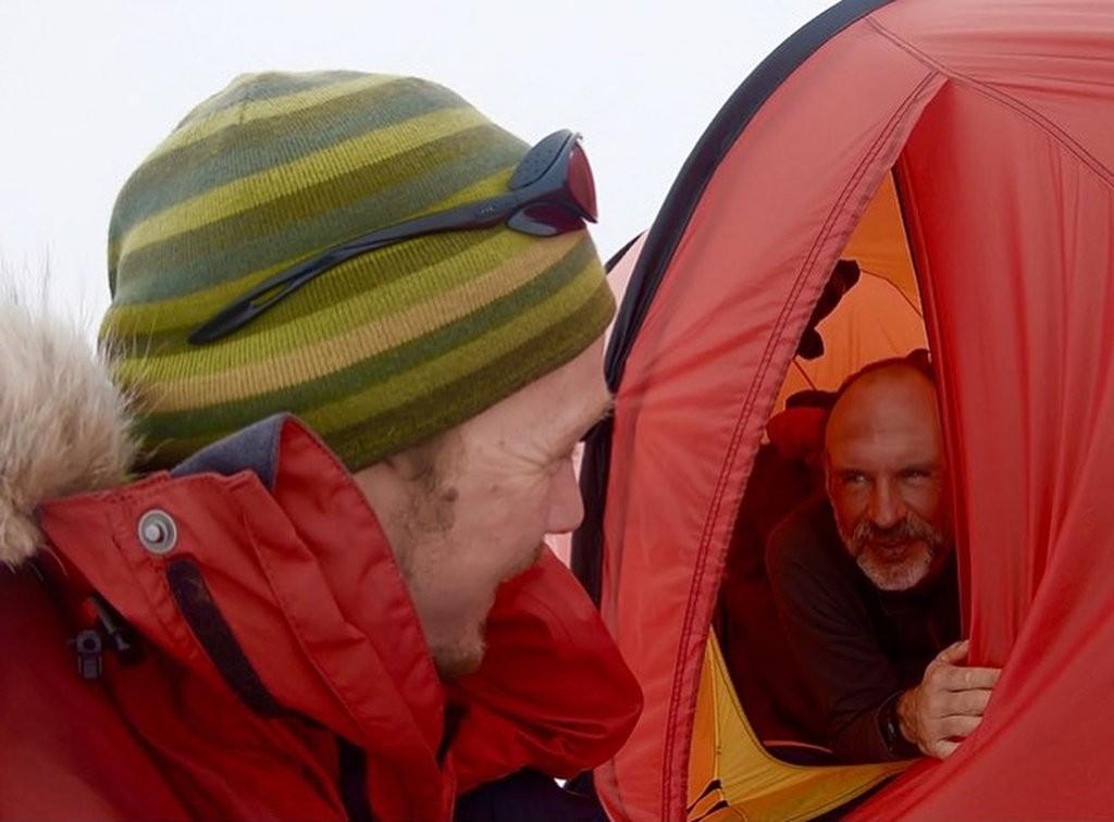 Colin O'Brady wita się z Louisem Ruddem, który dwa dni po nim ukończył trawers Antarktydy (fot. Colin O'Brady)