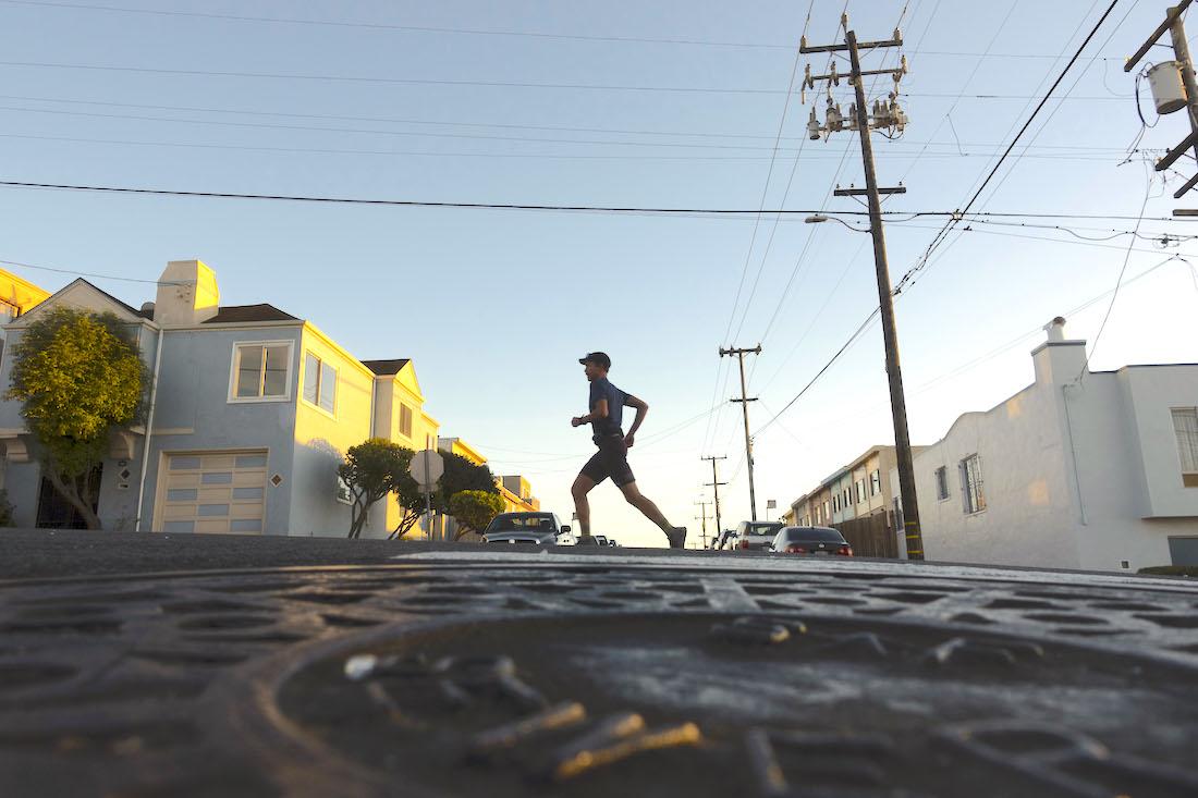 Rickey Gates na ulicach San Francisco podczas swojego projektu biegowego #EverySingleStreet (fot. adventure-journal.com)