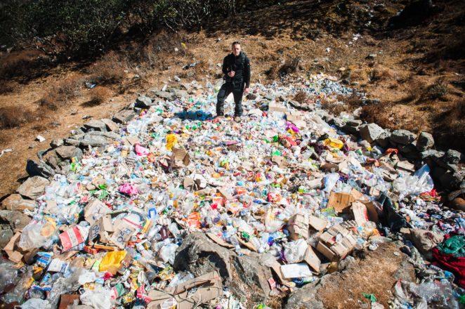 Jedno z wielu wysypisk śmieci poniżej bazy pod Everestem po stronie nepalskiej (fot. summitclimb.com)