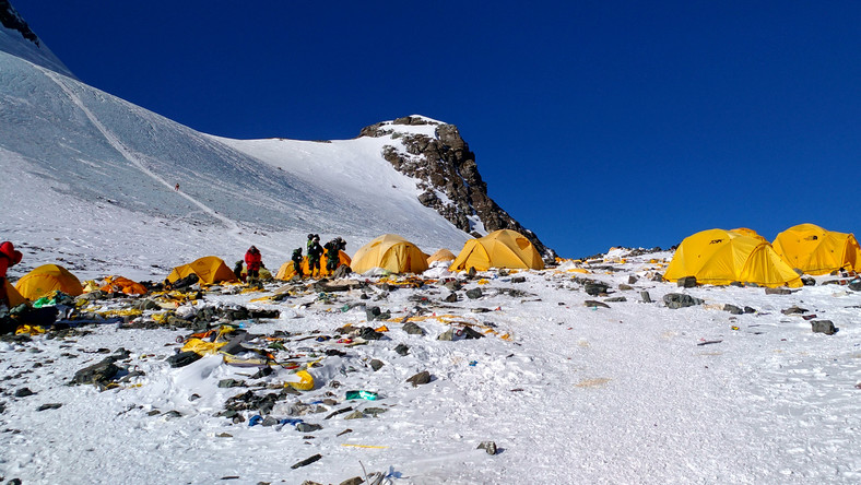 Porzucony sprzęt i śmieci wokół obozu 4. na Mount Everest (fot. Doma Sherpa / AFP)