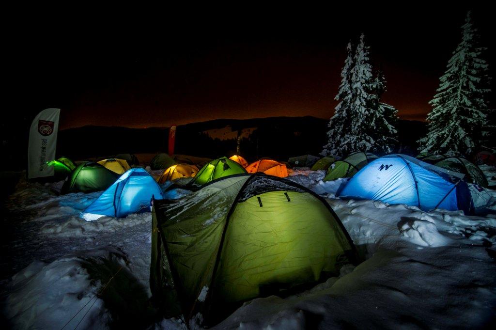 Przygotowanie do noclegu na śniegu to jedna z najważniejszych kwestii (fot. wintercamp.org.pl)