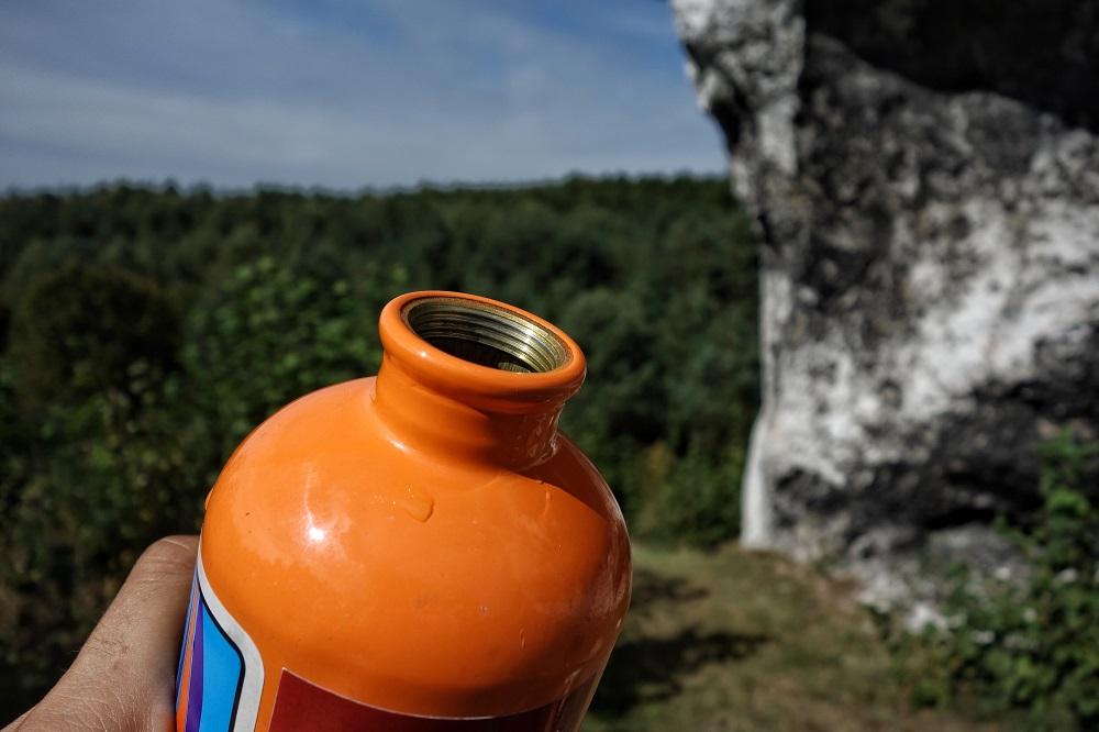 """Niedawno jeszcze niemal wszyscy na wycieczkę w góry kupowali w sklepie wodę w plastikowej butelce. Bo wygodnie, """"wypijesz, wyrzucisz, nie trzeba myć, nie trzeba nosić"""". Dzisiaj większość z nas używa bidonów, butelek, lub przynajmniej – po kilka razy napełnia tę samą butelkę PET, a na koniec wyrzuca ją do właściwego pojemnika (fot. Michał Gurgul / Outdoor Magazyn)"""