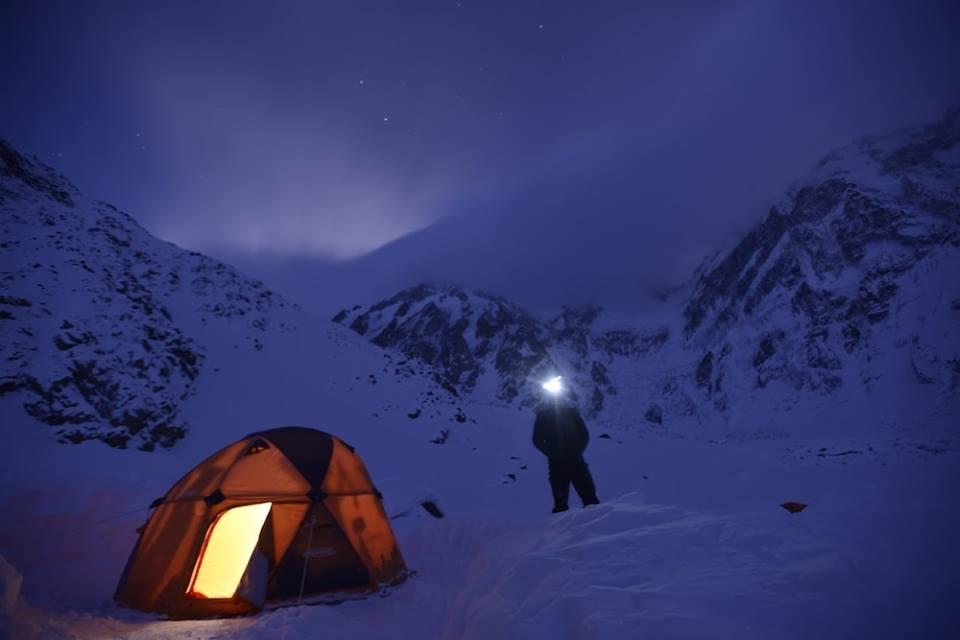 Jeden z wieczorów w bazie pod Nanga Parbat (fot. FB Daniele Nardi)