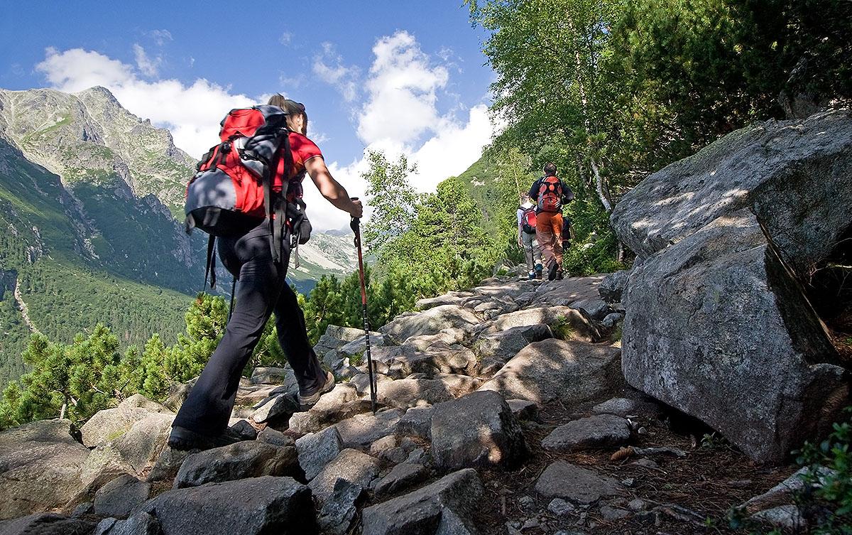 Z dobrze wyposażonym plecakiem i w pełni przygotowani możemy ruszać w góry na majówkę (fot. Adobe Stock)
