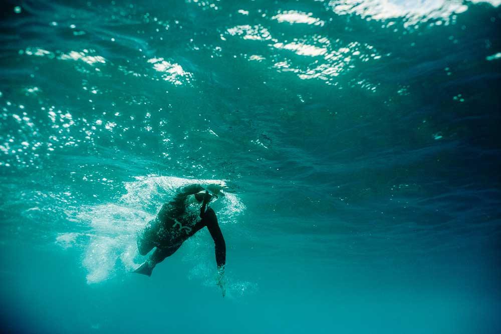 Ben Lecomte przepłynie 300 mil morskich w trzy miesiące korzystając z maski do nurkowania i pianki (fot. Icebreaker / Sarah-Jeanne Royer / Olivier Poirion)