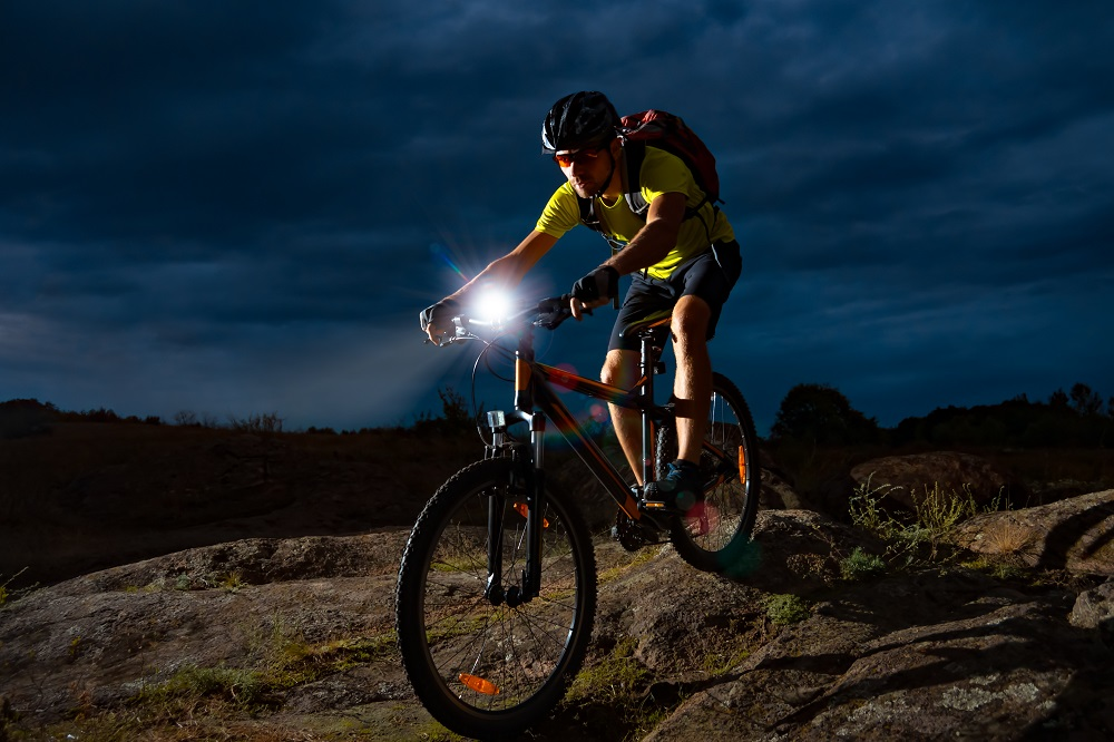 Wybieramy lampę rowerową. 10 najważniejszych parametrów (fot. AdobeStock)