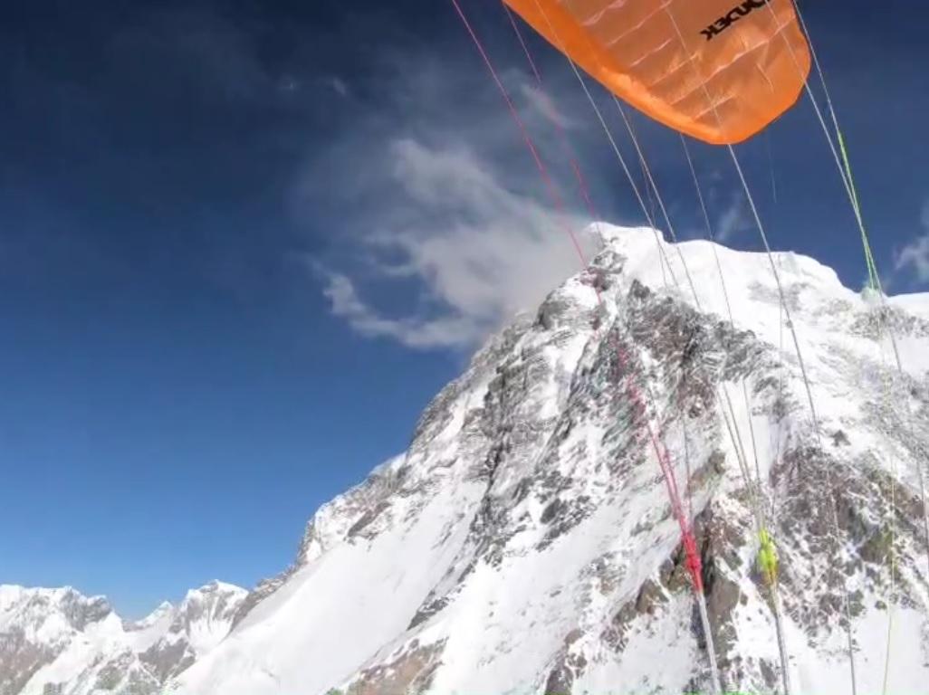 Szczyt K2 widziany spod skrzydła Maxa Bergera (fot. arch. Maxa Bergera)