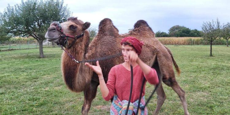 Edmée Mommeja i Attika (fot. FB - Une fille, un chameau)