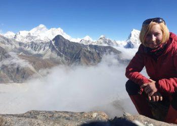 Milena Piasecka na Gokyo Ri (5360), w tle Everest i Lhotse (fot. FB Milena Piasecka)