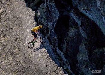 Ján Kočiš na rowerze na grani Żabiego Konia w Tatrach Wysokich (fot. Juraj Vohnout)
