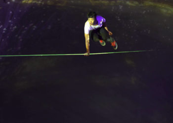 """Slacklight"": Haruki Kinoshita i Projektil (fot. Jean-Christophe Dupasquier / Red Bull Content Pool)"