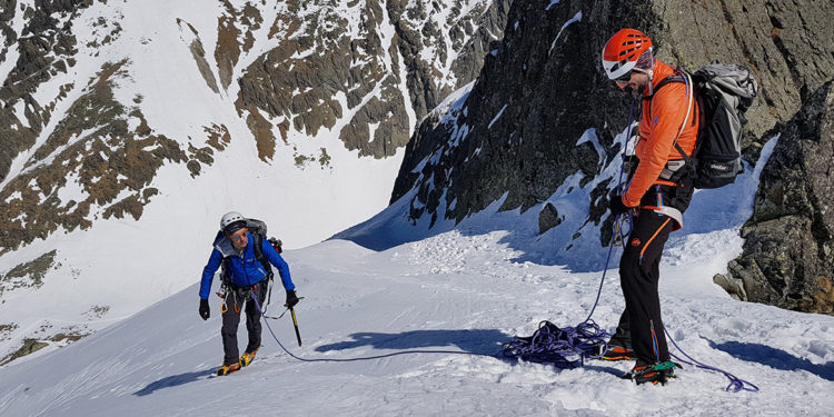 Nauka asekuracji z czekana (fot. arch. P. Sztaba / Kilimanjaro.com.pl)