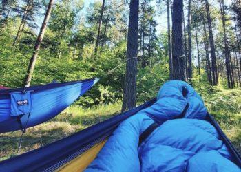 Hamakowy biwak w lesie (fot. outdoormagazyn.pl)