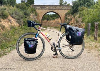 Tak wygląda rower, na którym będize podróżował Hiszpan. Czy mieści się tam cały sprzęt górski? (fot. Sergi Mingote)