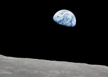 """""""Earthrise"""" – to słynna fotografia, która zmieniła sposób, w jaki patrzymy na naszą planetę (zdj. William Anders / NASA)"""