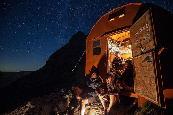 Surowy, metalowy schron Mario Rigatti na przełęczy Forcella Grande Del Latemar (fot. Alice Russolo / Trentino)