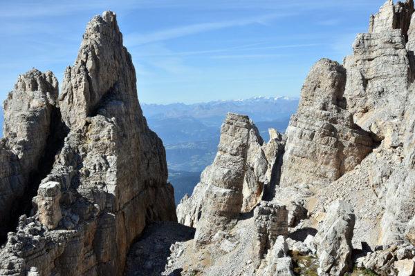 Turnie w okolicy Rifugio Torre di Pisa, w środku widoczna skalna wieża (fot. outdoormagazyn.pl)