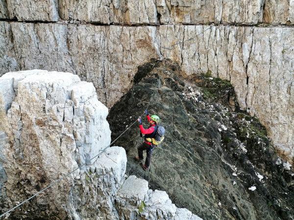 stromo opadające na północną stronę żleby i kominy wypełnione są zastygłą, wulkaniczną lawą - na via ferracie Sentiero Attrezzato Campanili Del Latemar (fot. outdoormagazyn.pl)